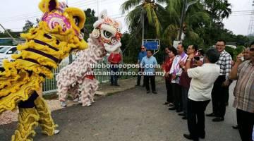 TARIAN SINGA: Penguang dan rombongan disambut dengan  tarian singa sebaik tiba di kediaman Yeo di Long Lama.