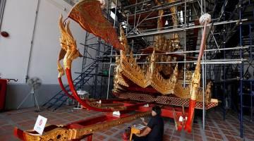 'NAIK KE SYURGA': Para pegawai dari Bahagian Sains Pemuliharaan Jabatan Seni Halus Muzium Negara Thailand membaik pulih kereta kuda diraja menjelang pemakaman Bhumibol lewat tahun ini di Bangkok, kelmarin. — Gambar Reuters