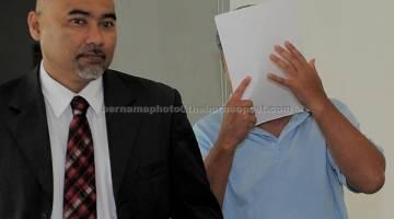 PERTUDUHAN: Mohd Taha (kanan) didakwa di Mahkamah Sesyen semalam atas sembilan pertuduhan menyimpan pelbagai spesies hidupan liar dilindungi termasuk seekor harimau belang, kucing batu dan burung helang merah di Kajang, semalam. — Gambar Bernama
