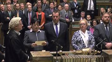 KEPUTUSAN UNDIAN: Gambar pegun daripada imej disiar oleh Unit Rakaman Parlimen UK (PRU) menunjukkan MP Konservatif              Britain Jackie Doyle-Price (dua kiri) membaca keputusan undian utama ke atas Pemberitahuan EU bagi Rang Undang-undang               Pengunduran kepada anggota Parlimen di Dewan Rakyat di tengah London, kelmarin. — Gambar AFP