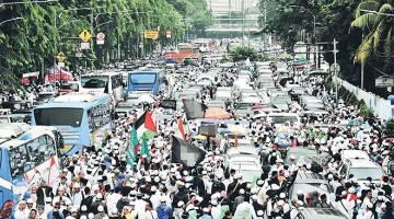 SUARA LANTANG: Jakarta dibanjiri peserta rapat umum Muslim Indonesia, semalam menjelang pilihan raya gabenornya minggu depan. — Gambar AFP