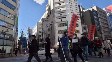 TERSINGGUNG: Anggota Kakuhido mengadakan demonstrasi anti-Hari Valentine di Tokyo, kelmarin. — Gambar AFP