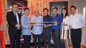 TERBAIK: Wong (empat kanan) dan Kam (dua kiri) bersama ahli jawatankuasa penganjur pertandingan tersebut ketika sidang media yang diadakan di Kuching baru-baru ini.