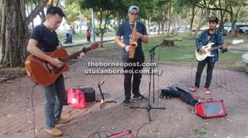 MENGHIBURKAN: Ahli-ahli Bintulu Buskers mengadakan persembahan di Pantai Tanjung Batu.