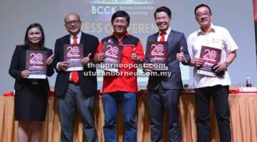 SERTAI KAMI: Wong ( tengah) bersama (dari kiri) Ivy, Kho, Choo dan Tan semasa pelancaran jualan gerai pameran Ekspo Hartanah SHEDA 2017.