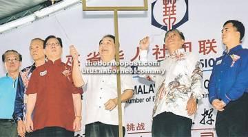 BERMULA: Wong (empat kiri) dan Kong (dua kanan) membunyikan loceng sebagai isyarat bermula.