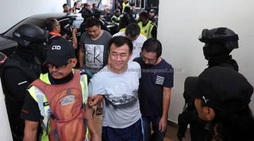 KE MUKA PENGADILAN: Sebahagian daripada 22 anggota kongsi gelap Geng 24 Pulau Pinang termasuk seorang yang bergelar Datuk Seri dihadapkan ke Mahkamah Sesyen George Town atas pertuduhan menjadi ahli kumpulan jenayah terancang sejak dua tahun lalu. — Gambar Bernama