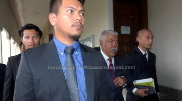 KE MUKA PENGADILAN: Mohd Arif (dua kanan) dan Ahmad Zukhairi (kiri) dihadapkan ke Mahkamah Sesyen atas pertuduhan rasuah membabitkan RM550,000 berhubung projek Bekalan Elektrik Luar Bandar di Sandakan, Sabah, tahun lepas. — Gambar Bernama