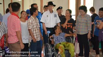 SUMBANGAN: Penyerahan sumbangan kerusi roda dan barangan keperluan harian kepada empat penerima.