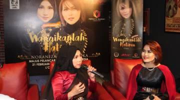 KEMBALI LAGI: Noraniza dan Tyka mempersembahkan single 'Wangikanlah Hatimu' pada majlis pelancaran dan sidang media baru-baru ini.