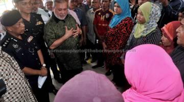 MELAWAT: Sultan Ibrahim berkenan melawat keluarga mangsa remaja berbasikal yang maut dilanggar kereta di Rumah Mayat Hospital Sultanah Aminah, Johor Bahru.  — Gambar Bernama
