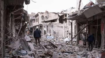 GELEDAH: Sukarelawan pertahanan awam Syria, dikenali sebagai Helmet Putih, menggeledah runtuhan untuk mencari mangsa terselamat selepas tentera pro-Assad melancarkan serangan udara ke atas kawasan kejiranan dikuasai pemberontak di Tishrin, di timur laut pinggir ibu kota Damsyik, kelmarin. — Gambar AFP