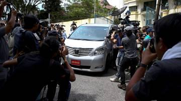 KECOH: Anggota media mengerumuni kereta yang meninggalkan kedutaan Korea Utara di Kuala Lumpur, kelmarin. — Gambar Reuters