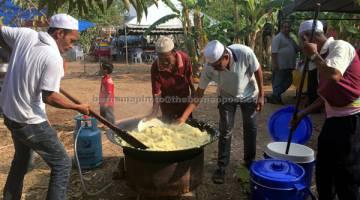 KERJASAMA: Petugas sukarela turut membantu tenaga bertungkus-lumus menyediakan hidangan kepada jemputan di Yan Kechil. — Gambar Bernama