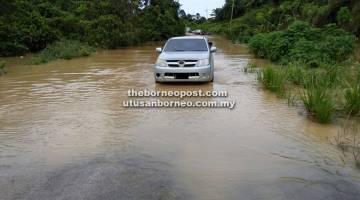 REDAH: Sebuah kenderaan pacuan empat roda meredah jalan menuju ke rumah Belilie di Ulu Niah.