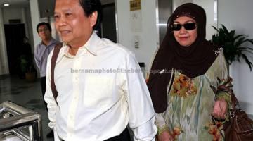 BEBAS: Abdul Hanan kekal bebas daripada 10 pertuduhan rasuah membabitkan 59,390.60 selepas Mahkamah Tinggi Shah Alam menolak rayuan yang dikemukakan pihak pendakwaan di Kompleks Mahkamah Shah Alam semalam. Dia hadir bersama isteri Norihan (kanan). — Gambar Bernama