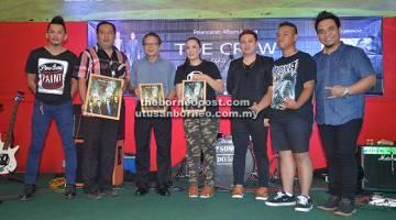 ALBUM KEDUA: The Crew bersama tetamu kehormat merakamkan kenangan selepas majlis pelancaran album kedua mereka, Diatu Ila.