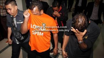 RASUAH: Abdul Nasar (kanan) dan Balaji (tengah) dibawa              keluar selepas pertuduhan rasuah di Mahkamah Khas Rasuah di Kuching semalam.