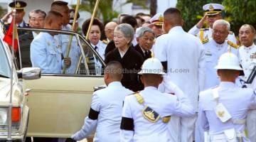 SAMBUTAN DIRAJA: Akihito dan Michiko (tengah) tiba di Balai Singgahsana Istana Agung untuk memberi penghormatan kepada mendiang Bhumibol di Bangkok, kelmarin. — Gambar Reuters