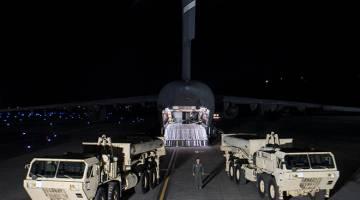 SIAP SIAGA: Sistem pertahanan peluru berpandu antibalistik THAAD tiba di Pangkalan Tentera Udara Osan di Pyeongtaek, Korea Selatan kelmarin. — Gambar Yonhap/Reuters