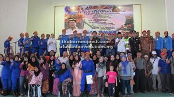 UNTUK ALBUM: Razaili dan Azwani merakam gambar bersama anggota sukarelawan yang telah berjaya menamatkan kursus pada majlis penutupan Program APM Negeri Sarawak Bersama Masyarakat dan Kursus Asas APM serta Pengurusan Pusat Pemindahan Bencana dekat Dewan Masyarakat Kampung Beladin, baru-baru ini.