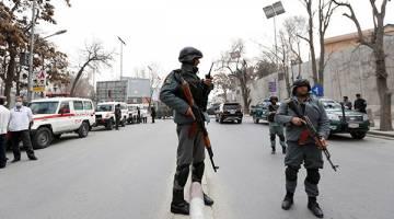 BERJAGA-JAGA: Anggota polis berkawal di tapak letupan dan tembakan di Kabul, Afghanistan semalam. — Gambar Reuters