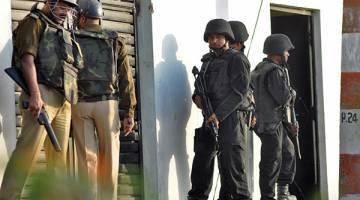 BERKAWAL: Anggota polis dan Skuad Anti Pengganas (ATS) berkawal di luar sebuah rumah di mana seorang suspek disyaki pro-IS sedang bersembunyi di Lucknow, India kelmarin. — Gambar Reuters