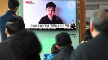 ANAK JONG-NAM?: Penduduk Korea Selatan menonton berita di televisyen menunjukkan gambar video seorang lelaki mendakwa diri sebagai anak lelaki Jong-nam, Han-sol, di stesen kereta api di Seoul semalam. — Gambar AFP