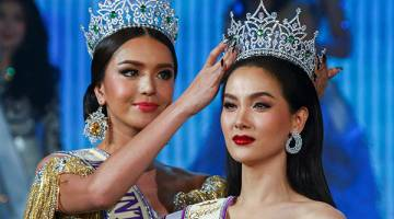 TERHARU: Jiratchaya teruja (kanan) sewaktu dinobatkan sebagai juara pada pertandingan ratu cantik Miss International Queen 2016 di Pattaya, Jumaat lalu. — Gambar Reuters