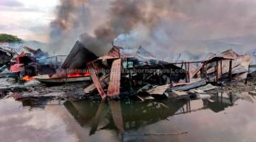 MUSNAH: Sebahagian daripada rumah setinggan di Kampung Muhibbah Likas yang musnah dalam satu kebakaran semalam. — Gambar Bernama