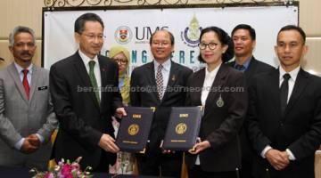 TERMETERAI: Tangau (tengah) menyaksikan pertukaran dokumen Perjanjian Persefahaman antara Universiti Malaysia Sabah (UMS) dengan Prince Of Songkla University Thailand bersempena Persidangan Antarabangsa Mengenai Sains Marin dan Akuakultur anjuran UMS semalam. UMS diwakili Mohd Harun (dua kiri) manakala Prince of Songkla University Thailand diwakili Naib Presiden Pattani Campus Prof Dr Imjit Lertpongsombat (tiga kanan). — Gambar Bernama