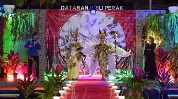MENARIK: Para peserta bertarung dalam pertandingan Project Runway yang telah diadakan sempena Rainforest Cultural Polytechnic Festival (RPCF) 2017 di Politeknik Kuching Sarawak baru-baru ini.