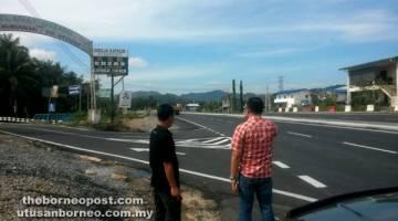 TINJAU: Terrance (membelakang, kanan) meninjau simpang jalan di Kampung Limbanak bersama Tony (kiri).