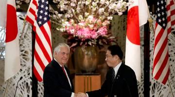 PERKUKUH KERJASAMA: Tillerson (kiri) berjabat tangan dengan Kishida pada sidang media bersama selepas pertemuan mereka           di rumah tetamu Iikura di Kementerian Luar Negara di Tokyo, Jepun semalam. — Gambar Reuters