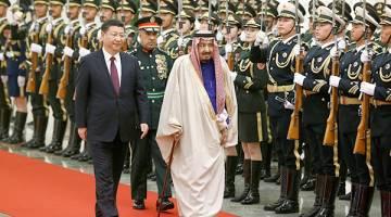 LAWATAN RASMI: Xi (depan, kiri) mengiringi Raja Salman (depan, tiga kiri) pada upacara alu-aluan di Dewan Besar Rakyat di Beijing, China semalam. — Gambar Reuters