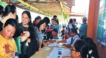 DAFTAR: Pendaftaran oleh ibu bapa pelajar di SMK Taman Tunku, Miri.