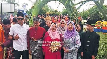 KEKAL BAHAGIA: Simoi (dua kanan) bersama pasangan pengantin meraikan ulang tahun perkahwinan mereka.
