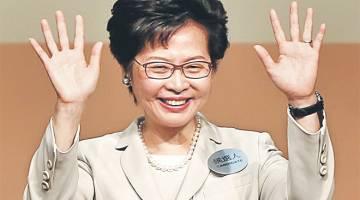 SEDIA GALAS TUGAS: Lam melambaikan tangan tanda gembira selepas diumumkan memenangi pilihan raya bagi jawatan pemimpin Hong Kong. — Gambar Reuters