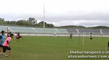 GIAT JALANI LATIHAN: Kelihatan para pemain wanita Sarawak sedang giat menjalani latihan sebelum bermulanya Kejohanan Piala Tun Sharifah Rodziah kali ke-30 di Miri bermula 6 April depan.