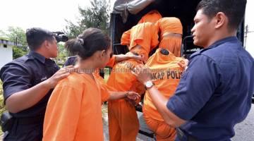 DIDAKWA: Empat bersaudara termasuk Kalitazan@Nur Azan Abdullah serta dua adiknya R. Elanggo dan R. R Viknesswara serta sepupu mereka B. Kalidass dihadapkan ke Mahkamah Majistret di Kampar semalam atas pertuduhan mengedar 14.6kg Methamphetamine 13 Mac lepas. — Gambar Bernama