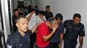 KE MUKA PENGADILAN: Antara 15 individu termasuk seorang wanita mengaku tidak bersalah di Mahkamah Sesyen di Johor Bahru semalam atas 43 pertuduhan menjalankan perniagaan pengiriman wang tanpa lesen membabitkan nilai hampir RM1 bilion, sejak 2012. — Gambar Bernama