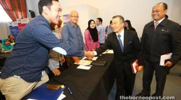APA KHABAR?: Naroden ditemani Tengku Azmi (kanan) beramah mesra dengan peserta Seminar Transformasi Perusahaan Kecil dan Sederhana 2017 di Kuching, semalam.