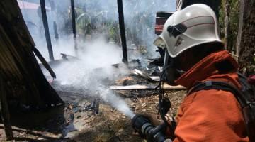 TINGGAL ARANG: Rumah kayu lama di Sungai Baron, Sarikei ranap, jalan sempit sukarkan usaha bomba.