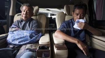BERSYUKUR: Tayudin (kanan) dan Abd Rahim selepas majlis penyerahan kepada keluarga masing-masing di kediaman Perdana Menteri di Taman Duta semalam. — Gambar Bernama