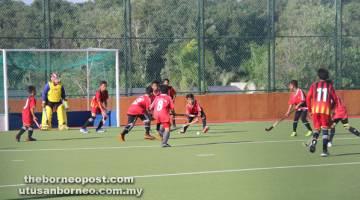 BERPOTENSI: Aksi menarik pemain bawah 12 tahun  yang menyertai Pesta Hoki  Petra Jaya 9 Sebelah 2016.
