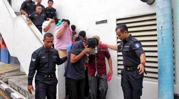 KE MUKA PENGADILAN: Antara 14 individu terdiri daripada pemilik tunggal syarikat, pengarah syarikat dan rakan kongsi dihadapkan ke Mahkamah Sesyen Johor Bahru semalam atas 646 pertuduhan melakukan pengubahan wang haram kira-kira RM1.4 bilion sejak 2012. — Gambar Bernama