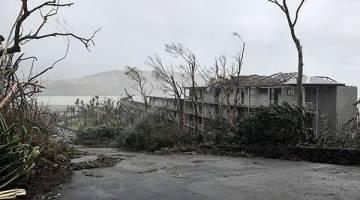 KENCANG: Pemandangan di sekitar pusat peranginan di Pulau Hamilton luar pantai timur Queensland, semalam selepas dibadai Siklon Debbie. — Gambar Reuters