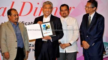 DILANCAR: Ahmad Zahid menunjukkan 'Ebook MABIMS' yang diterima daripada Acting Director of the IDB Regional Office, Kunrat Wirasubrata (kanan) pada Konvensyen Badan Pensijilan Halal Ke-8 di Sepang kelmarin. Turut hadir Menteri di Jabatan Perdana Menteri Datuk Seri Jamil Khir Baharom (kiri) dan Timbalan Menteri di Jabatan Perdana Menteri Datuk Dr Asyraf Wajdi Dasuki (dua kanan). — Gambar Bernama