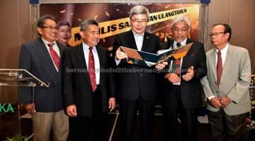 MAJLIS ULANG TAHUN: Mah (tengah) bersama Hanafee (dua kanan) pada Majlis Sambutan Ulang Tahun ke-25 PEKA di Putrajaya kelmarin. — Gambar Bernama