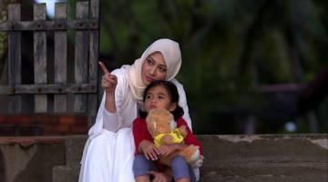 MENARUH HARAPAN: Fathia dan adik Kirana Batrisyia dalam  drama terbaharu 'Menanti Februari' menerusi slot Samarinda TV3.